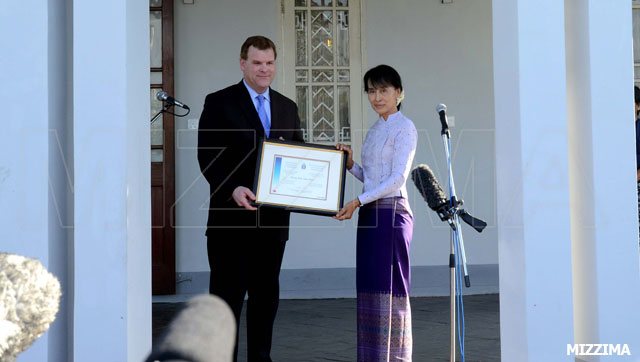 Canadian Foreign Minister John Baird and Aung San Suu Kyi after a meeting at her home in Rangoon on Thursday, March 8, 2012. Photo: Mizzima