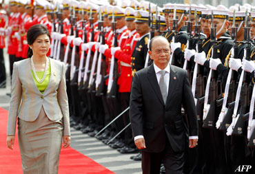 Burmese President Thein Sein and Thai Prime Minister Yingluck Shinawatra review an honor guard during a welcoming ceremony at Government House in Bangkok on July 23, 2012. Photo: AFP