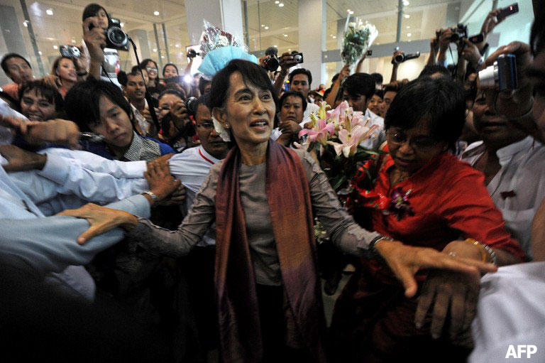 Hundreds of supporters crowd around Burma's opposition leader Aung San Suu Kyi, center, upon her arrival at Yangon International Airport on Saturday, June 30, 2012, after her five-nation European tour. Photo: AFP