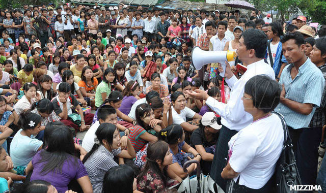 About 1,200 workers at the Myanmar Sunny clothing factory in the Hlaing Tharyar industrial Zone No.2 in Rangoon Region went on strike seeking higher salaries and other benefits. Photo: Min Min Oo / Mizzima