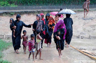 A family of homeless Rohingya walk near a refugee camp at Cox's Bazar in India. Photo: Mizzima