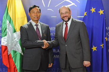 Lower House Speaker Shwe Mann exchanges greetings with EU Parliament President Martin Schulz. Photo: europarl.europa.eu