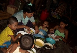 A-refugee-family-having-meal-in-Mae-La-camp